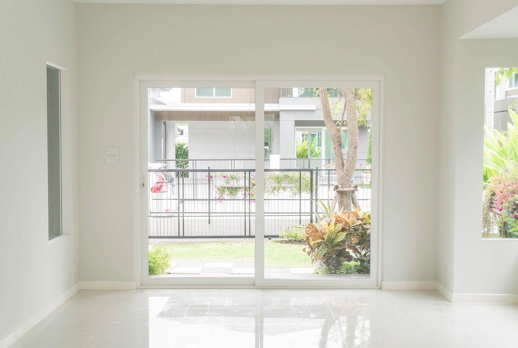 Repaso de pintura y reparación de paredes antes de alquilar o vender